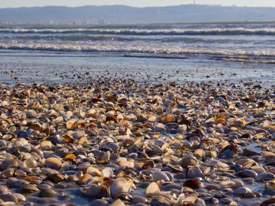 После шторма море берег горы небо Акко Израиль