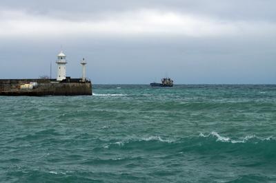 Зимнее море у Ялты Ялта море зимнее маяк порт корабль волна Крым