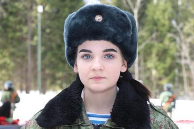 Одна из девочек торжественной охраны.