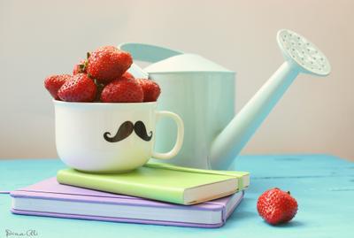 Вкусное утро лейка клубника блокнот чашка натюрморт