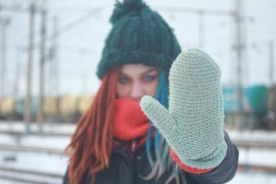 *** Портрет зима девушка красивая дредды рука варежка шапка лицо фон железнаядорога цистерны рыжий голубой синий размытие размытость индустар