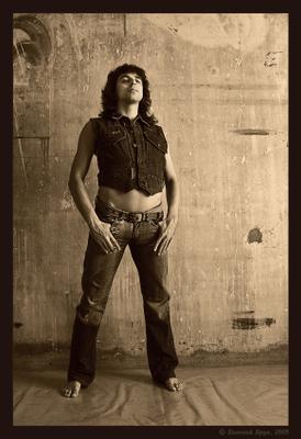 Male jeans art images. Фото 02 портрет голые стены бетон джинсовый образ джинсы короткая джинсовая жилетка лицо взгляд волосы руки кисти живот ретро винтаж монохром