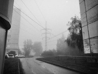 Утро бренное, утро туманное... город утро туман дома машины деревья лэп провода дорога мистично плёнка чёрный белый монохром артефакты дефекты