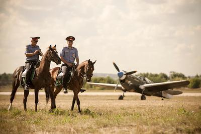 """... Макарыч, принимай аппарат! Во! Махнул не глядя! (с) к/ф В бой идут одни """"старики"""". 100 лет ВВС авиашоу самолёт полиция лошади"""
