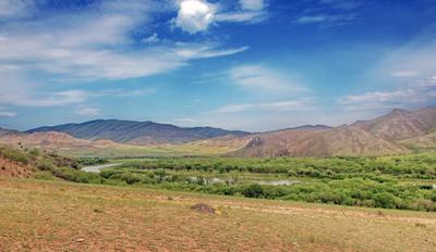 Зеленые берега и синие холмы трава сопки река пейзаж облака небо лето деревья