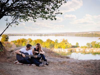 Пикник на природе природа пейзаж пара lovestory отдых гитара пикник влюблённые
