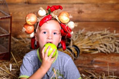 хорошо в деревне летом... мальчие, ребенок, яблоко, портрет, солома