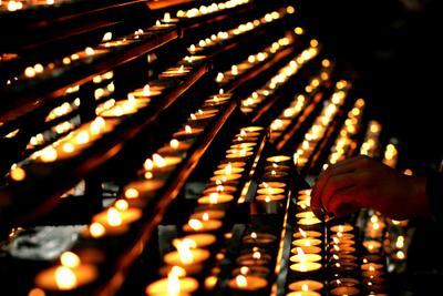 один на один свечи церковь рука