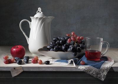 Натюрморт с белым кувшином и виноградом натюрморт кувшин виноград бокал салфетка