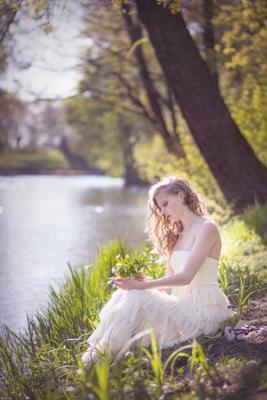 *** девушка весна нежность венок белое платье природа озеро вода цветы
