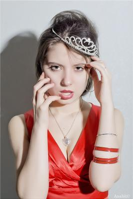 Именинница красное девушка диадема королева портрет красота