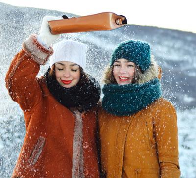 Укройте нас от снега! снег зима девушки погода сумка