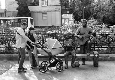По интересам... чб черно-белое стрит люберцы памятник люди встреча семьи любэ дуся агрегат скамейка