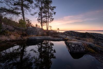 Скальное зеркало карелия ладога скалы лужа отражения закат деревья облака пейзаж природа