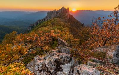 Последние лучи уходящего дня осени Горы лес скалы вечер закат осень желтые листья