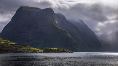 Горы и фьорды по пути в Урке (Норвегия). Норвегия море Олесунн Урке горы