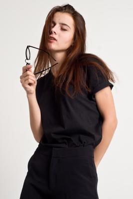 Модельный тест модель девушка белый фон черный костюм очки студия