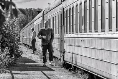 До отправления поезда осталось пять минут.