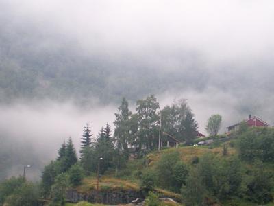 *** туман облака лес горы зеленый город дом пейзаж