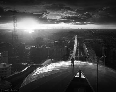 Дождливый Омск Омск город архитектура провинция Россия закат регион дождь крыша руфер портрет чб чернобелый монохром