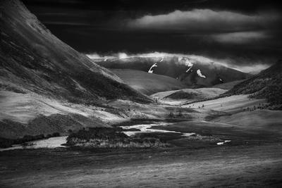 Тархата пейзаж природа горы высокогорье вершина долина ущелье высота алтай сибирь путешествие туризм склон далекий красивая суровая чб чернобелый