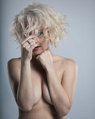 Блонди в холодных тонах эротика портрет ню блонди топлес блондинка студийная съемка женский девушка