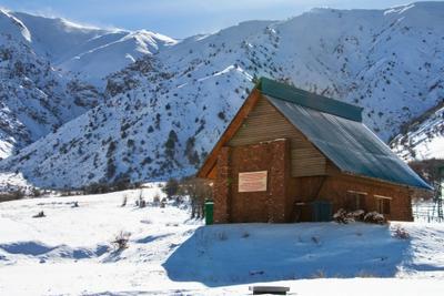 Спасительный приют горы зима снег природа дорога указатель ландшафт вид чимган узбекистан деревья дом хижина