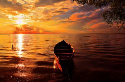 Только с БЛАГО-ДАРНОСТЬЮ можно прийти к БЛАГО-ПОЛУЧИЮ. Лето лодка закат озеро Плещеево красиво золото вечер пустая