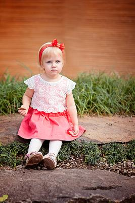 *** дети девочка сидит красное платье
