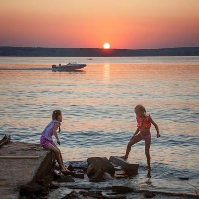 касание закат озеро девочки катер