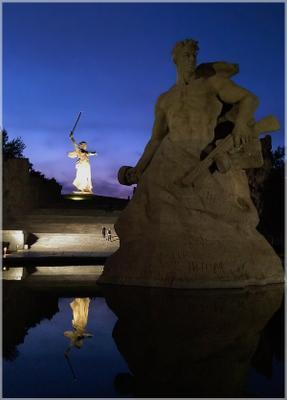 Стоять насмерть! Волгоград Мамаев курган памятники Родина-мать солдат отражение ночь