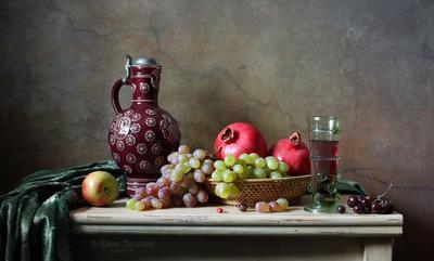 Классический натюрморт фрукты кувшин бокал лесное стекло гранат виноград вино яблоко