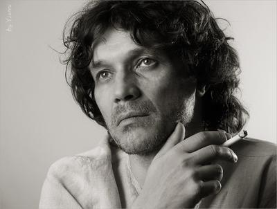 С самим собой наедине наедине один сам портрет мужчина сигарета