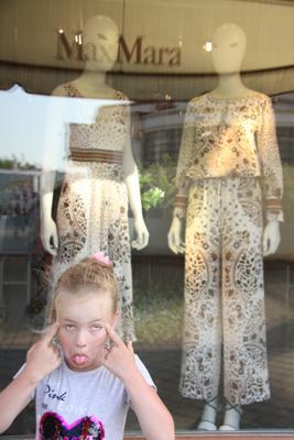 похожи! витрина прогулка Max Mara стиль мода строить глазки необычные глаза