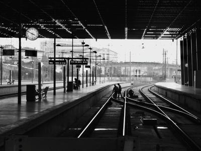 ,,В ожидании город железнодорожные пути часы перон