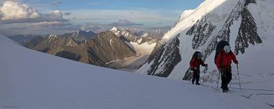 На верхнем плато ледника Менсу Алтай альпинисты