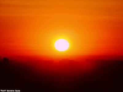 Осветление. россия ростов ростов-на-дону солнце рассвет западный ясно зима яркие цвета оранжевый небо облака дома