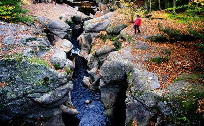 Осень в горах горы, девушка, вода, осень