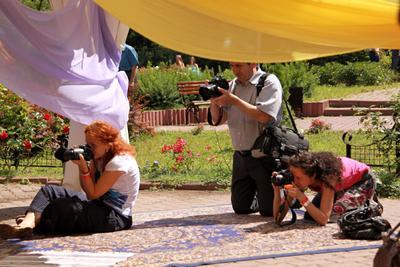 Репортаж с праздника дня фотографа люди репортаж город прохожие стрит фотографы праздник