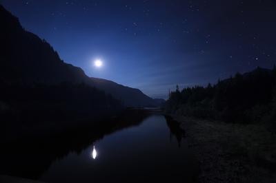 Плывет по небу ладья Тилиона-охотника Луна ночь горы звезды озеро