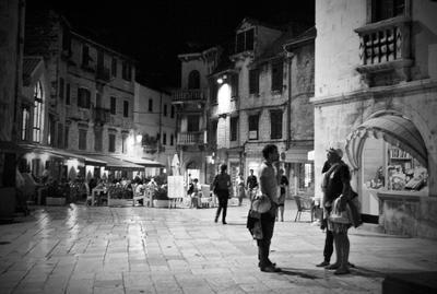 *** Ночь, площадь, люди.