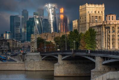 Москва-Сити и Бородинский мост. город Москва Сити высотки небоскребы Бородинский мост облака солнце
