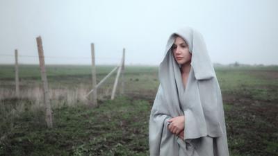 Туман девушка портрет пейзаж утро туман мистика балахон плащ блондинка взгляд классика прохлада тишина Россия