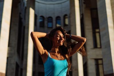 Настя Портрет Девушка красивая глаза лицо естественный свет карие лето солнце закат