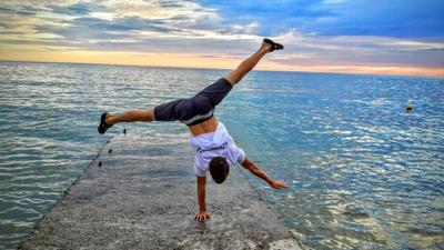 У Черного моря гимнастика спорт Дюмеево лето Сочи море отдых стойка на руках воркаут