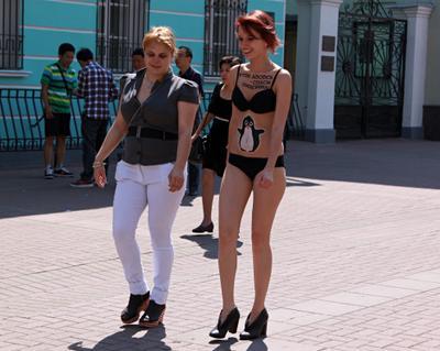 По улице ходили ... люди репортаж город прохожие стрит