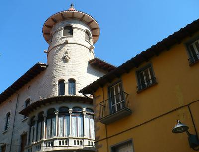 Дом с башней