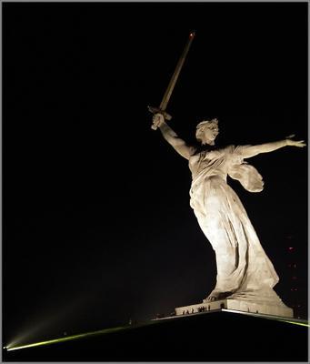 Обновлённая Родина-мать Волгоград Мамаев Курган Родина-мать скульптура ночь мемориал Победа