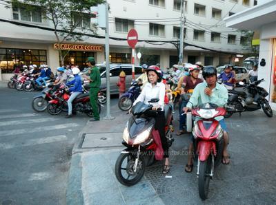Настоящие нарушители дорожного движения во Вьетнаме не обращают внимания даже на полицейских! Вьетнам езда дорога город Сайгон Хошимин вьетнамцы мотобак байк мотоцикл тротуар нарушение