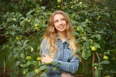 *** девушка портрет лицо улыбка яблоки зеленые взгляд